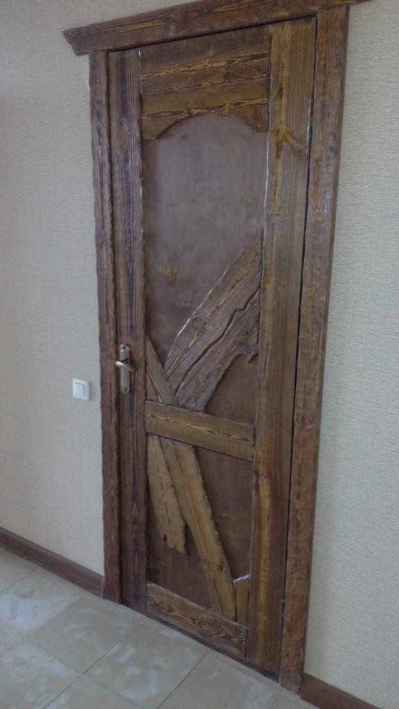 Дверь в номера, как и вся мебель создана настроящими мастерами по дереву