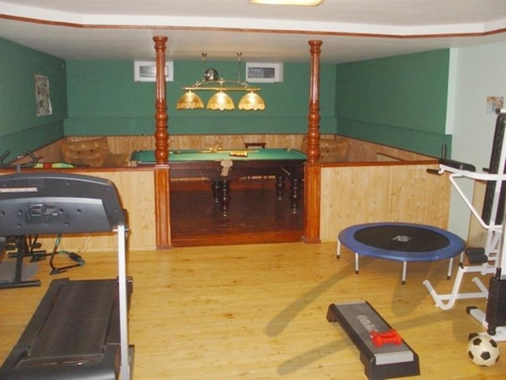 Пример использования цокольного помещения как развлекательный комплекс