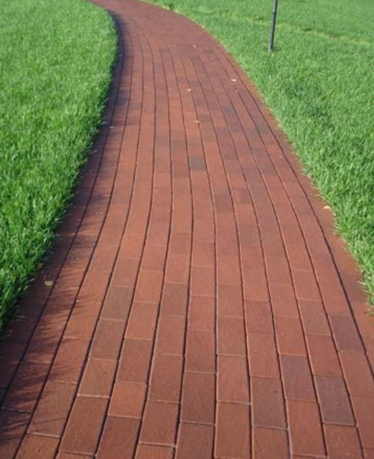 Садовая дорожка из клинкерного кирпича, уложенного вдоль