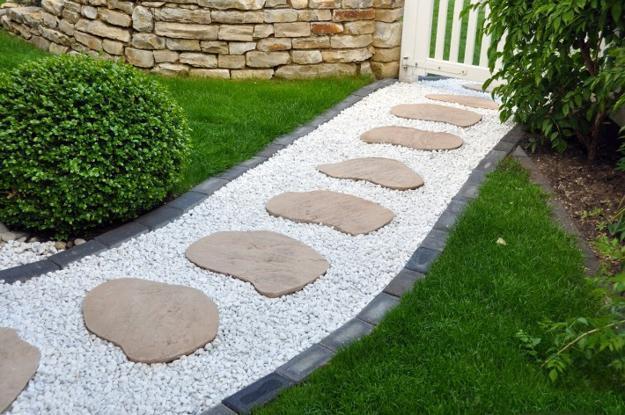 комбинированная садовая дорожка из камня и гальки