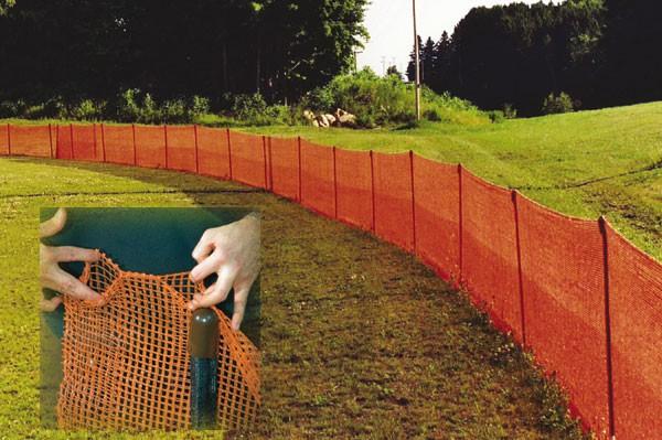 яркое ограждение территории с помощью пластиковой сетки