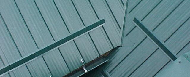 Снегозадержатели на крыше: необходимая защита от падения снега