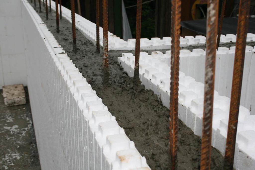 Процесс заливки бетона в несъемную опалубку из пенополистирола