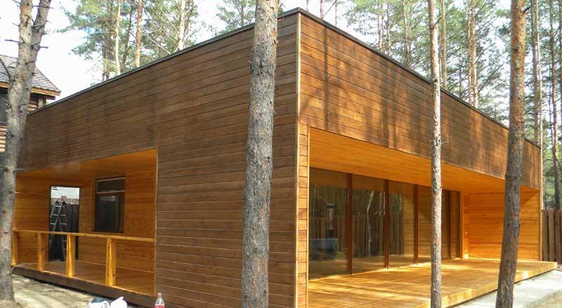 готовый каркасный дом, обработанный лаком