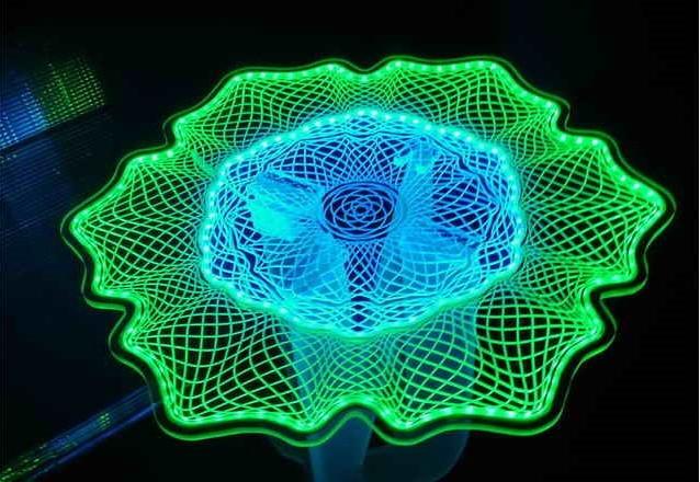 Потолок из фигурного оргстекла обработанного лазерной резкой и разноцветной светодиодной подсветкой