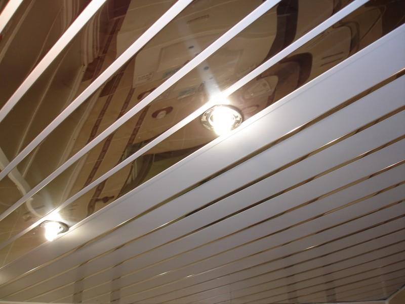 Потолок отделанный алюминиевыми рейками