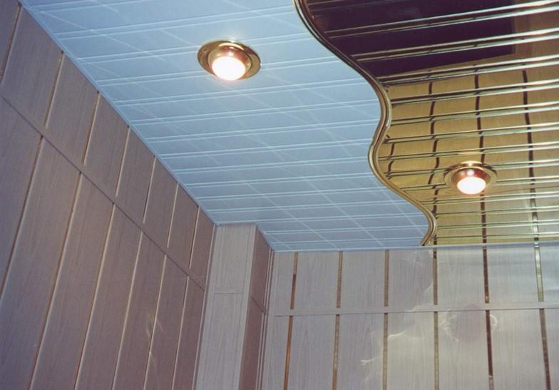 Реечные потолки комбинированного цвета смонтированные в ванной комнате