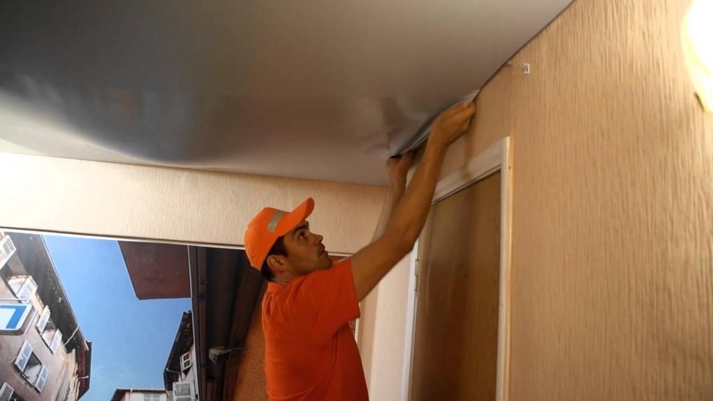 Если в натяжном потолке скопилась вода достаточно демонтировать один угол