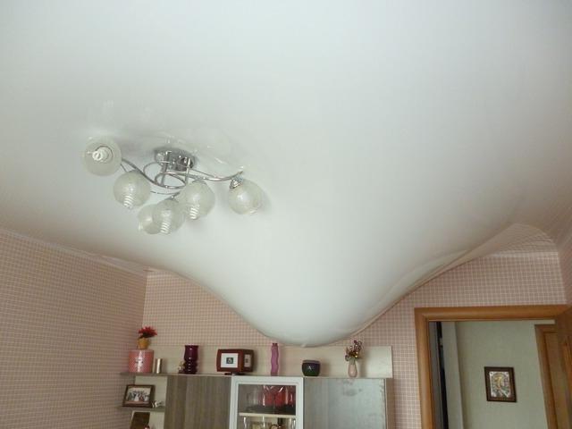 наличие влаги на натяжном потолке