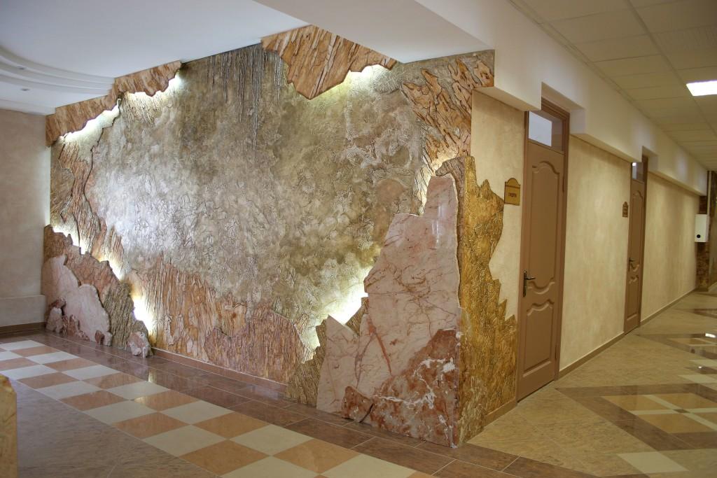 стены в сочетании с декоративной штукатуркой и камнем