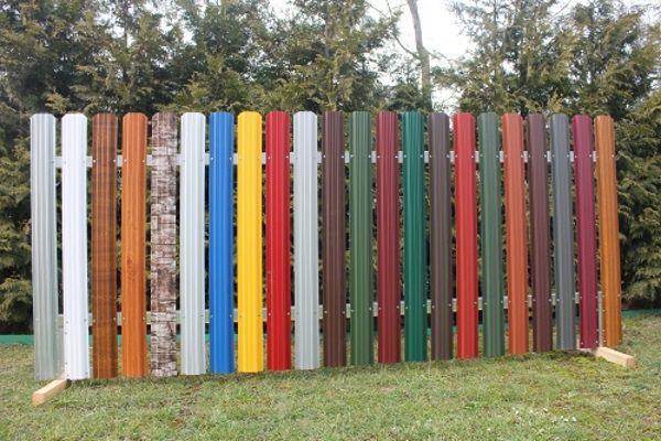 разноцветные секции забора из металического штакетника