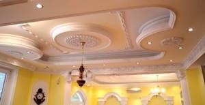 Гипсовый потолок в гостиной