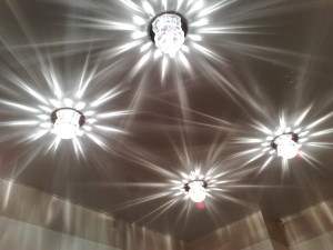 Глянцевый потолок с красивыми светильниками