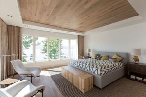 Ламинат на потолке в спальной