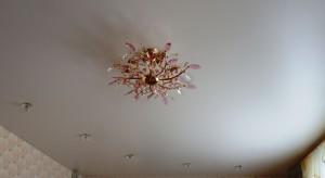 Сатиновый натяжной потолок с комбинированным освещением