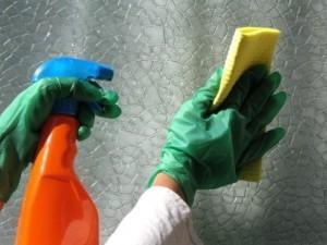Защита рук при мытье натяжных потолков