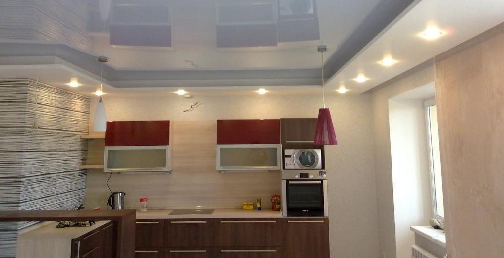 глянцевые натяжные потолки на кухне