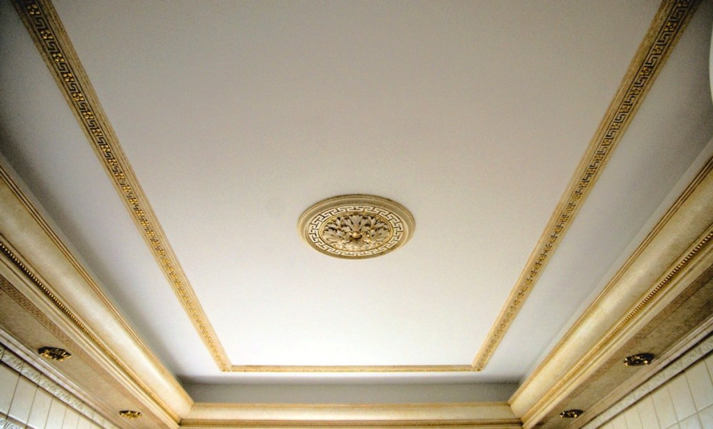 Дизайн потолков с окрашенной лепниной