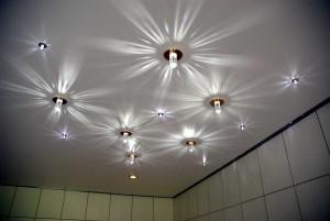 Дизайн светильников на натяжных потолках