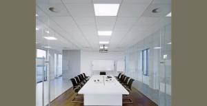 Классические светильники для потолка Армстронг в офисе