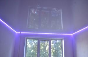 Классический парящий потолок с глянцевой поверхностью