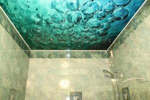 Потолок в ванной с 3d рисунком