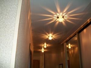 Точечный светильник в коридоре