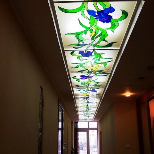 Витражный потолок с рисунком цветов