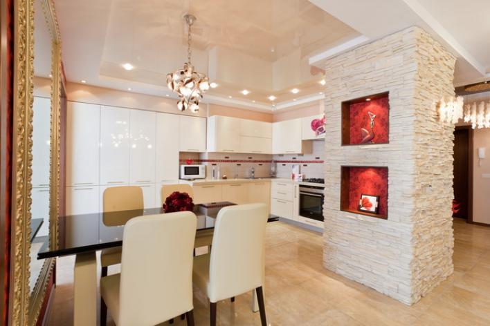 Кухня с бежевым натяжным потолком