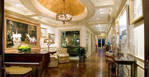 Виды отделки потолка в коридоре