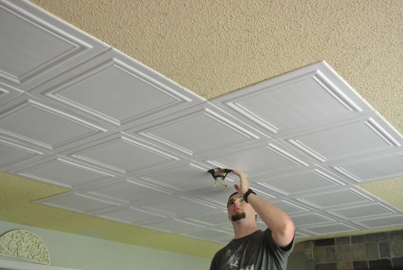 поклейка потолка полистирольными плитками