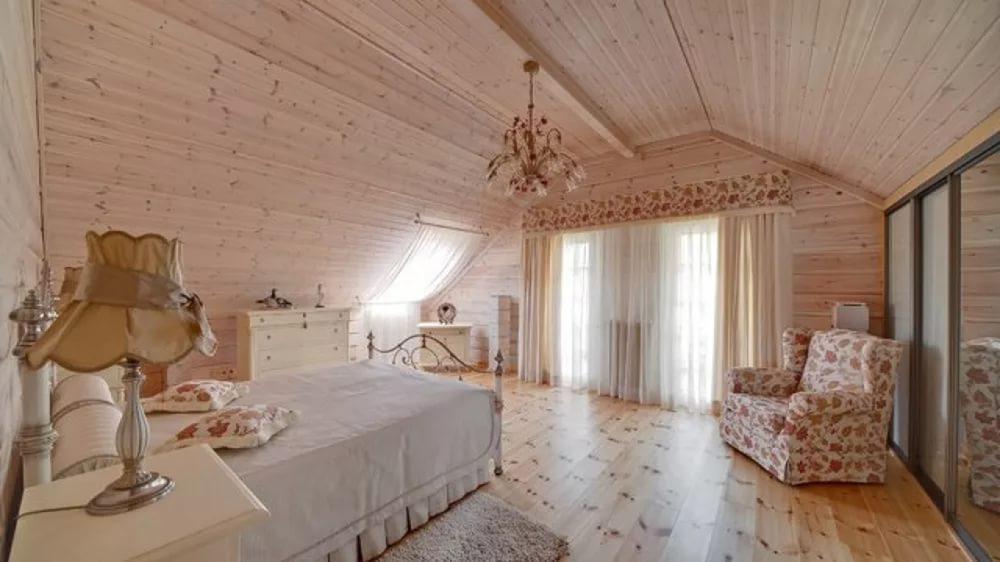 интерьер в стиле прованс с деревянной отделкой