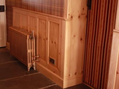 отделка стены за радиатором деревянными панелями