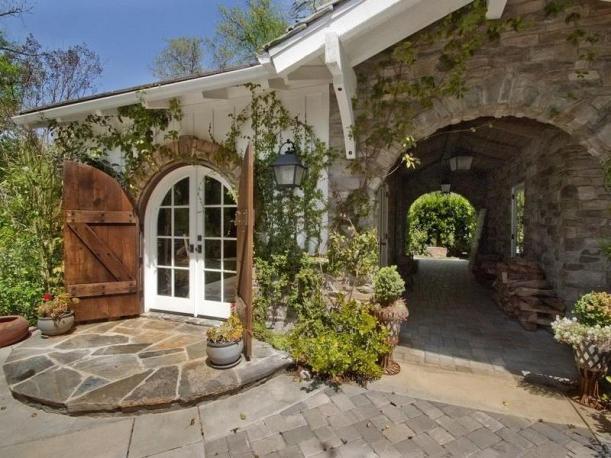 Дом в стиле прованс с каменной аркой