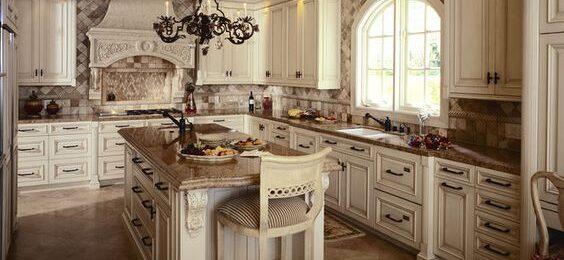 Высокие кухонные шкафы под потолок