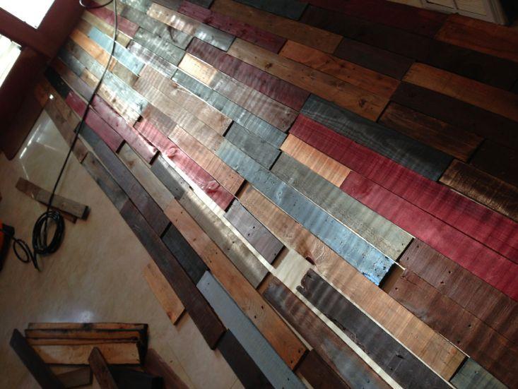 отделка стены из поддонов фото 3