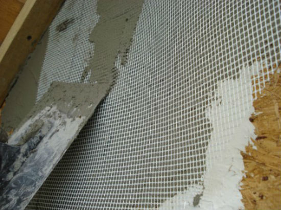 укладка армирующей сетки для штукатурного фасада по каркасному дому