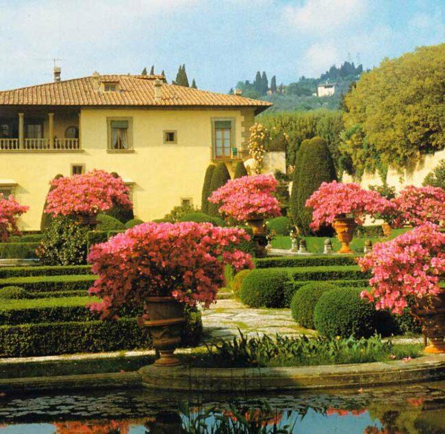 Желтый дом и ландшафтный дизайн в итальянском стиле