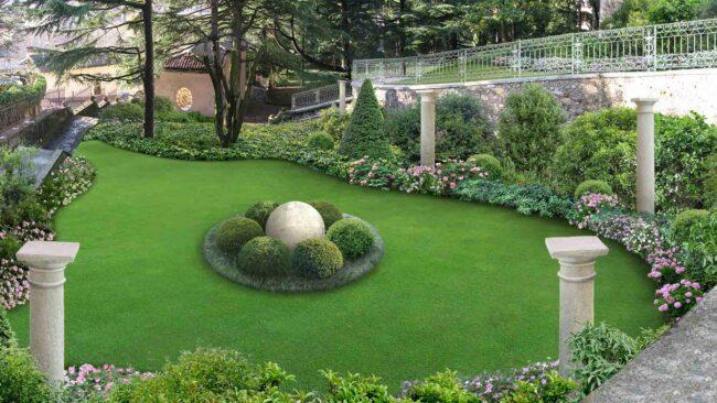 Газон с каменными фигурами в итальянском саду