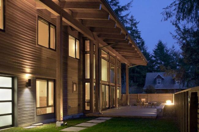Дом с фасадом из дерева