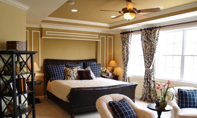 спальня с креслами