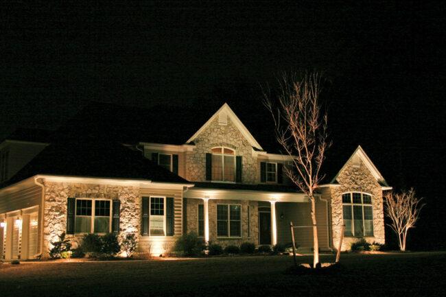 подсветка дома снизу вверх