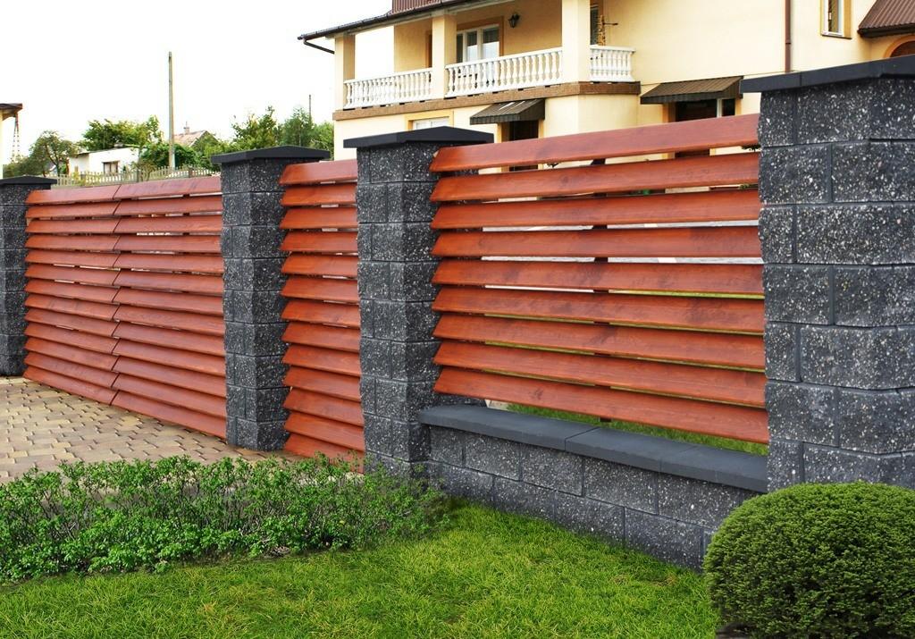 Комбинированный забор из декоративного блока и обрезной моренной доски