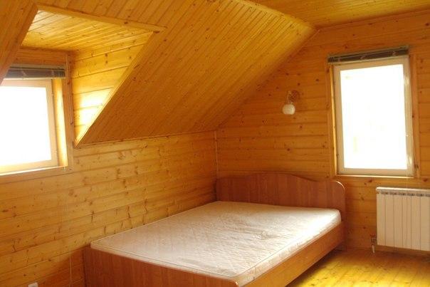 Мансардная комната второго этажа полностью произведена из дерева. Стена - имитация бруса, потолок - вагонка