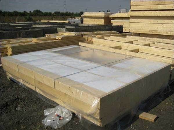 Стеновые заводские каркасные панели приходят в упакованном виде с утеплителем, который заложен по проекту