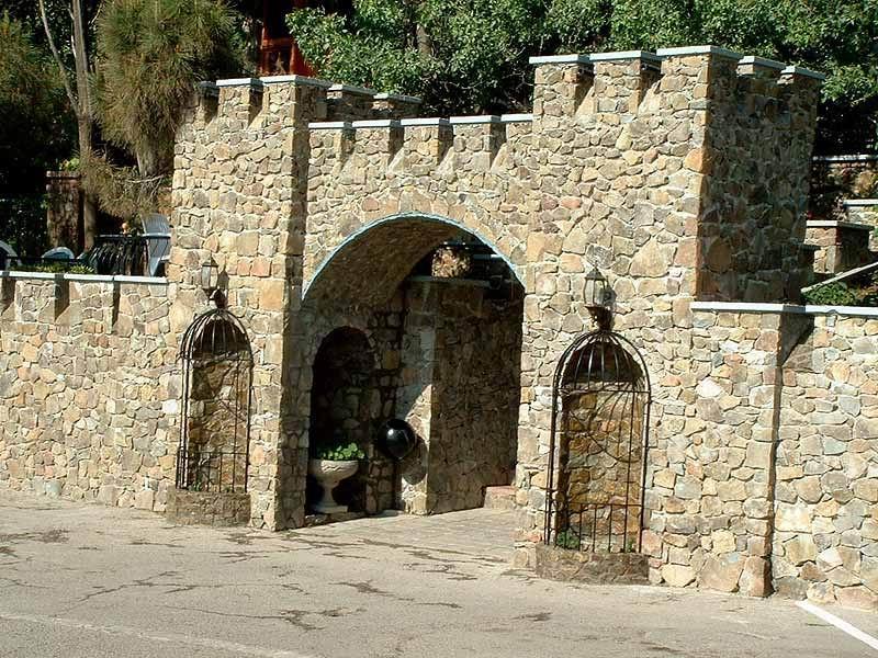Каменный забор-крепость