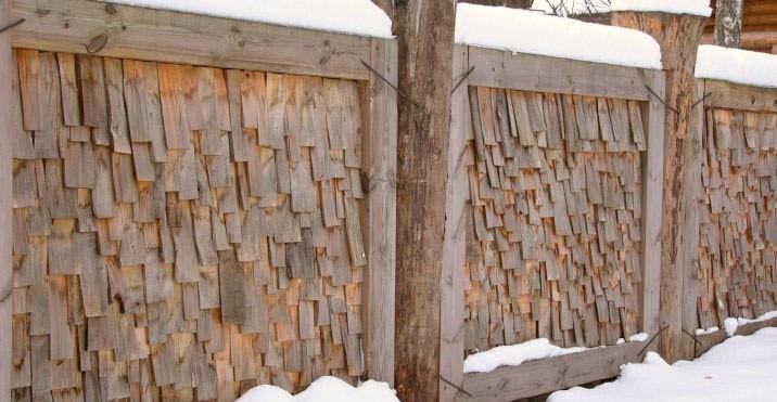 Своеобразный забор из напиленных деревяшек. Напоминает древнюю Русь