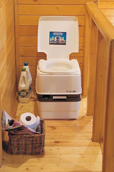 биотуалет в деревянном небольшом доме