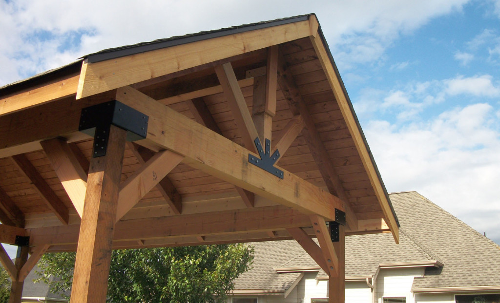 двухскатная деревянная крыша навеса