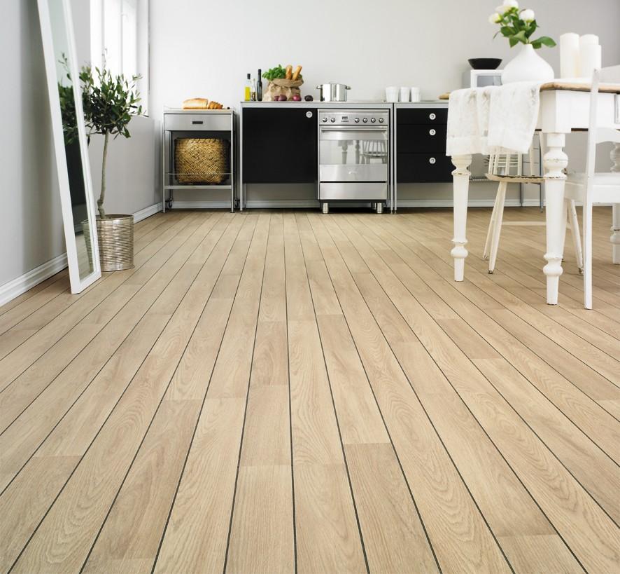 Идеально уложенный деревянный пол выглядит красиво